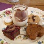 Brownie, carrot cake, cookie, tarte citron meringuée et tiramisu
