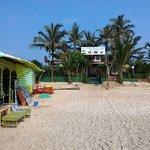 Вид на массажный салон с берега океана