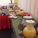 FJuices, fruits, cold cuts, pastry, honey, cereals, breads, various foods, and omeletes