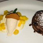 Lauwarmer Schokoladenkuchen mit marinierter Ananas und Zimteis