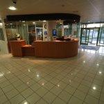Un vaste hall d'accueil avec une réception ouverte 24h/24