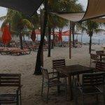 Strand vanaf de bar gezien (schuilend voor een tropische bui)