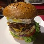 La hamburguesa estaba espectacular (gran burger club) y las papas también, son suficientes para
