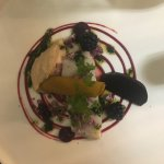 Cabillaud, pulpe de chou-fleur fumé, betterave cuite et marinée, mûres, biscuit à l'encre de sei