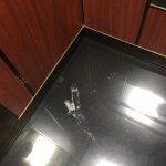 Mancha de barro desde el sábado hasta el lunes por la mañana en el ascensor
