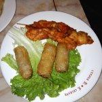 Brochettes de poulet, nems