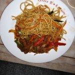 Nouilles sautées, légumes au wok, canard
