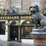 La statua di Bobby Greyfriars di fronte al Pub