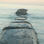 Steinkanten ragen ins Meer und brechen die Strömung