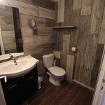 Salle de bain WC avec carrelage imitant le bois.