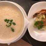 Zwischengang Pastinakencreme Suppe mit Pastinaken, Gurken Salat und Riesengarnele