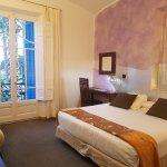 Habitación con cómoda cama extra grande y balcón