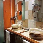 Originales picas de baño de marmol, frente a la bañera