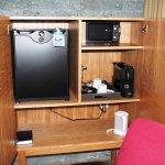 min-bar, bouilloire, machine à café, coffre, le tout caché dans un meuble