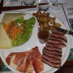 magret de canard (sauce à l'orange: un délice) jambon serrano, frites maison, salade fromage bas
