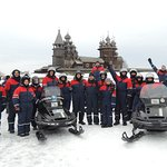 Каждая команда делает памятное фото на льду Онежского озера на фоне острова Кижи