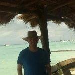 Estadía en isla mujeres un bar que esta en la playa Norte de la Isla, te atienden muy bien,
