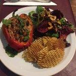Plato Vegano hecho por pedido: pimiento quemado relleno de arroz con verduras, papas rejilla y e