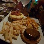 hamburguer com salada oriental , carne e bacom