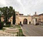 vista dell'arco di augusto con statua di ottaviano