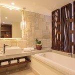 O banheiro das Suites Masters possui um grande painel de espelho
