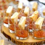 Detalles de nuestra Gastronomía: Mini derretidos de queso Emmental con sopa de tomate.