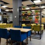 Nowoczesne wnętrza restauracji tworzą wyjątkową atmosferę.