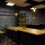 Przestronne wnętrza i nowoczesny dizajn tworzą atmosferę restauracji.