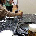 テーブルの上。まずはみんなビールで乾杯!!