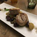 Coniglio con patate, olive e capperi