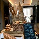 餐廳入口就有一堆麵包等著你