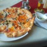 Eine Standard Pizza mit Zubehör