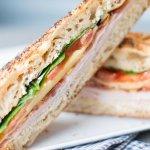 à l'ardoise chaque semaine, deux recettes de sandwiches toastés avec une option végétarienne.