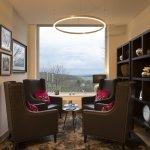 Sitzecke in der Lobby vom Hotel Brunnenhaus Schloss Landau