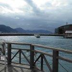 唐戸桟橋から出港した連絡船(後進から前進に転換中)