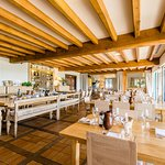 La salle est composée de tables de différentes tailles parmi lesquelles deux grandes tables d'hô