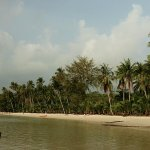 Вид на пляж с деревянного причала.