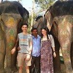 Sanftmütige Riesen. Meine Schwester und ich sowie Manoj mit zwei Elefantendamen.