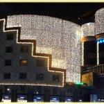 Blick vom Stephansplatz auf das Restaurant und die Bar (blaue Lichter)