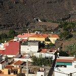 Foto fra havnen og dele af den omkringliggende by Playa de Santiago