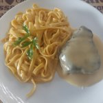 Filé com talharim e molhe de fondue de queijo.