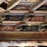 Un exemple des planchettes illustrées et de la magnifique charpente du premier niveau du cloître
