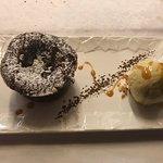 Fondant au chocolat coeur framboise , glace vanille
