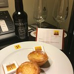 Welcome presents - port wine and mini pasteis with chocolates