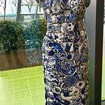 Ausstellungsstück: Kleid aus Keramikscherben