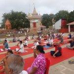 Haciendo yoga junto al Ganges
