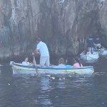 Pequeñas barcas se alistan para ingresar a la Gruta Verde.