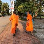suivi de moines devant l'hotel