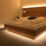 Modernes und bequemes Holzbett