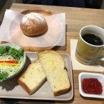 Brodon: ホットコーヒーと店内の美味しそうなパン